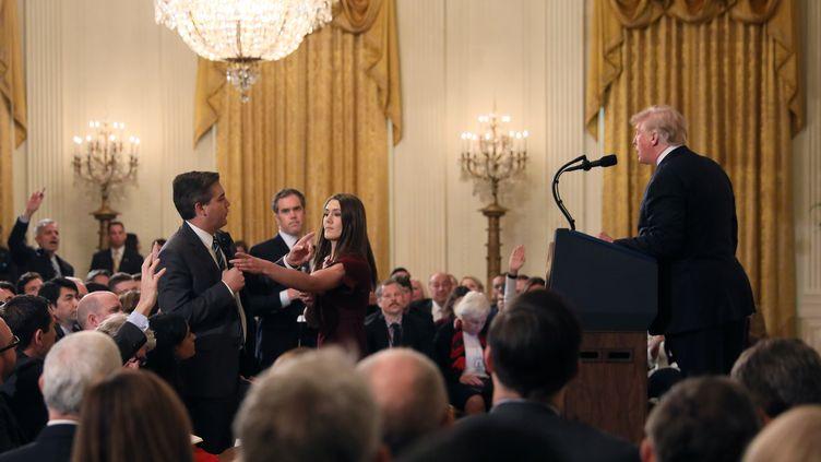Jim Acosta tente d'interroger Donald Trump, à la Maison Blanche, à Washington (Etats-Unis), le 7 novembre 2018. (REUTERS)
