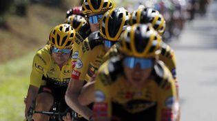 Les coureurs de l'équipe Jumbo-Visma entourent le maillot jaune Primoz Roglic, lors de la 15e étape du Tour de France, entre Lyon et le Grand Colombier, le 13 septembre 2020. (CHRISTOPHE ENA / AP / SIPA)