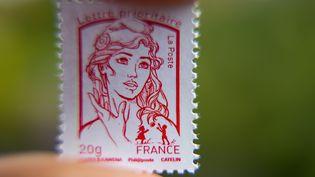 Un timbre à l'effigie de Marianne pour lettre prioritaire. (PHILIPPE HUGUEN / AFP)