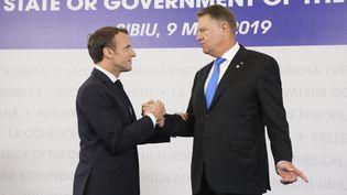 Le président français Emmanuel Macron et le chef de l'Etat roumainKlaus Iohannis se rencontrentà l'occasion du sommet deSibiu(Roumanie), le 9 mai 2019. (LUDOVIC MARIN / AFP)
