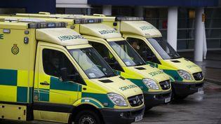 Des ambulances sont garées devant un hôpital de Liverpool (Royaume-Uni), le 12 janvier 2017. (PHIL NOBLE / REUTERS)