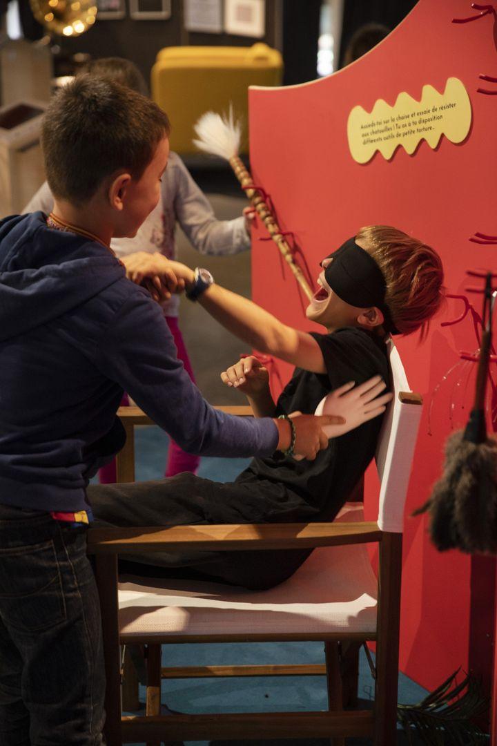 """La chaise aux guilis et ses """"instruments de torture"""" de l'exposition Rire : la science aux éclats (PIERRE GRASSET)"""