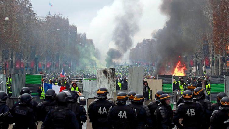 """Des forces de l'ordre déployées sur les Champs-Elysées lors d'un rassemblement de """"gilets jaunes"""", samedi 24 novembre 2018. (GONZALO FUENTES / REUTERS)"""