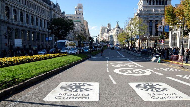 La rue Alcala dans le centre de Madrid, lors de l'entrée envigueur du plan anti-pollution le 30 novembre 2018. (JAVIER SORIANO / AFP)