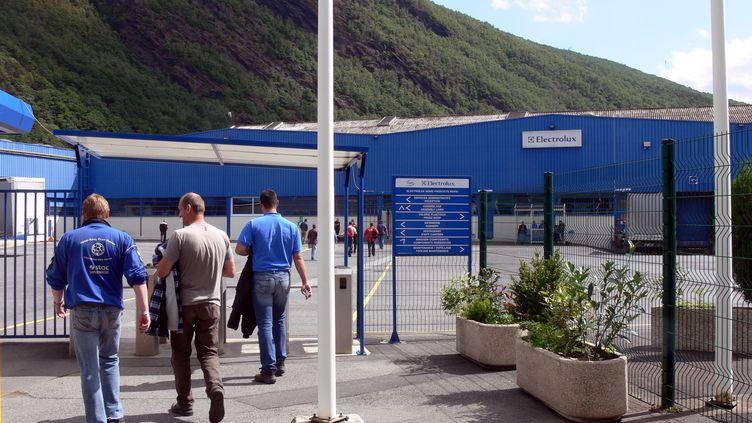 Des salariés de l'usine Electrolux de Revin (Ardennes) prennent le chemin du travail, en 2011. (CELINE SOUHAMI / MAXPPP)