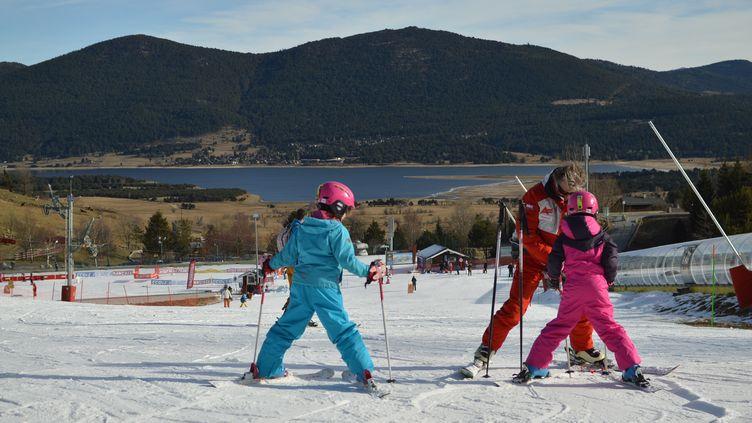 Un cours de ski à la station des Angles dans lesPyrénées-Orientales en décembre 2018. (VICTOR VASSEUR / FRANCE-INFO)