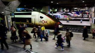 Des voyageurs sur un quai de la gare Montparnasse, à Paris, le 7 janvier 2020. (MARTIN BUREAU / AFP)