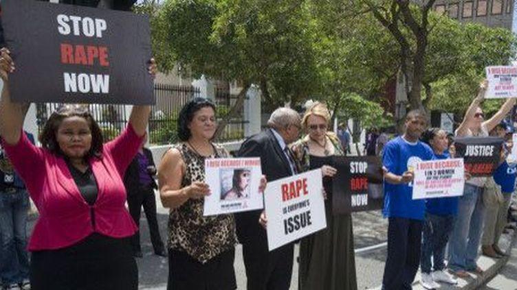 Manifestation contre le viol près du Parlement sud-africain au Cap le 11 février 2013. Le mot anglais «rape», en rouge sur les pancartes, signifie «viol». (AFP - RODGER BOSCH)