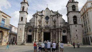 Un groupe de touristes américains devant la cathédrale de La Havane, à Cuba, le 24 mai 2015. (DESMOND BOYLAN / AP / SIPA / AP)