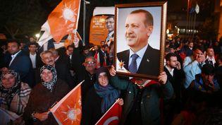 Des Turcs saluent la victoire du Premier ministre Erdogan aux législatives du 1er novembre 2015, à Istanbul, en Turquie. (OSMAN ORSAL / REUTERS)