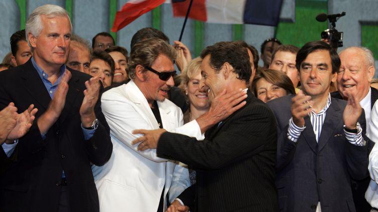 Johnny Hallyday et Nicolas Sarkozy lors du meeting de l'UMP, en septembre 2006 à Marseille. (DOMINIQUE FAGET / AFP)