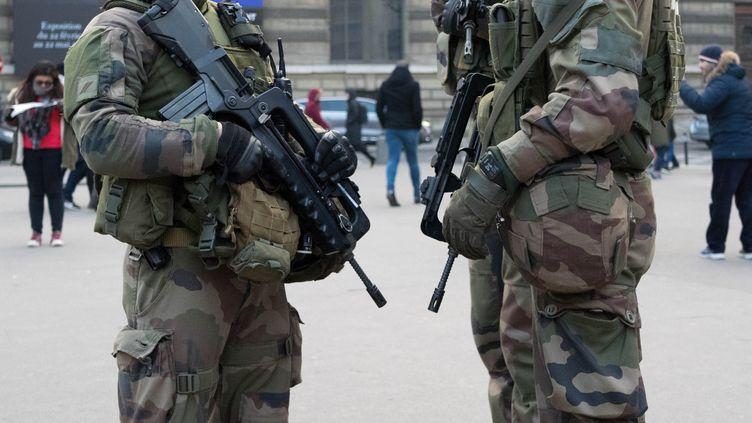 Une patrouille de militaires de l'opération sentinelle dans le quartier du musée du Louvre, le 30 décembre 2016. (BRUNO LEVESQUE / MAXPPP)