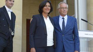 Myriam El Khomri le 2 septembre 2015, rue de Grenelle à Paris, lors de la passation de pouvoir avec son prédécesseur, François Rebsamen. (BERTRAND GUAY / AFP)