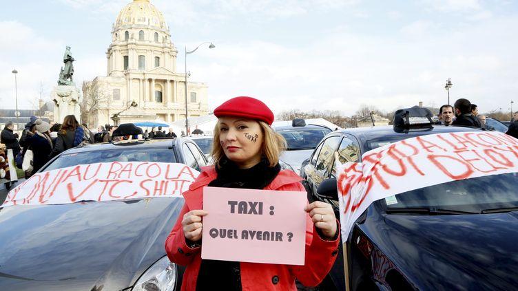 Des chauffeurs de taxis en grève, le 13 janvier 2014 à Paris, contre la concurrence des VTC et la hausse de la TVA. (MAXPPP)