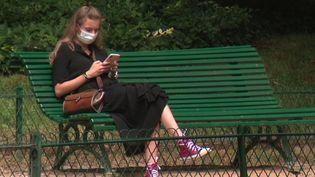 Covid-19 : certains Français continuent de porter le masque à l'extérieur (France 3)
