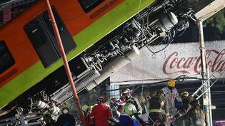 Des sauveteurs s'activent dans les décombres de l'accident de métro, le 4 mai 2021 à Mexico (Mexique). (PEDRO PARDO / AFP)