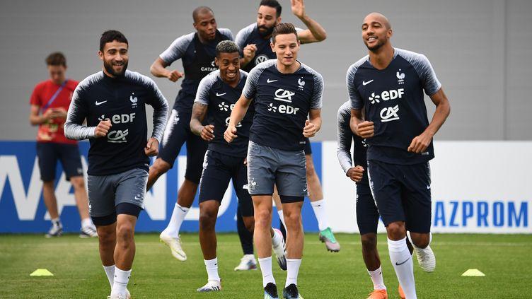 Nabil Fekir, Florian Thauvin et Steven N'Zonzi (de gauche à droite, au premier plan) lors d'un entraînement de l'équipe de France, à Istra (Russie), le 22 juin 2018. (FRANCK FIFE / AFP)