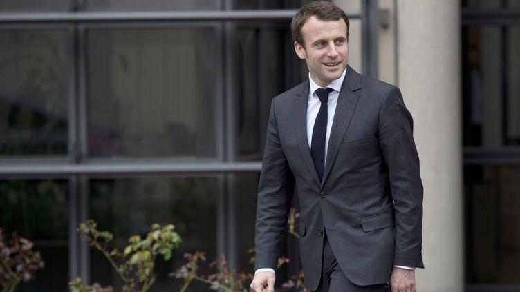 Le ministre de l'Economie Emmanuel Macron devant son ministère, le 30 mars 2015. (MIGUEL MEDINA / AFP)