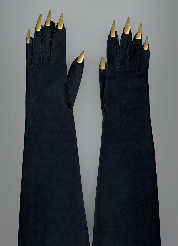 ELSA SCHIAPARELLI Gants du soir « Griffes », 1936. Veau-velours, application de faux ongles en métal doré, couture sellier, couture piquée. Galliera, GAL1984.2.10AB, don de Madame Delbée.