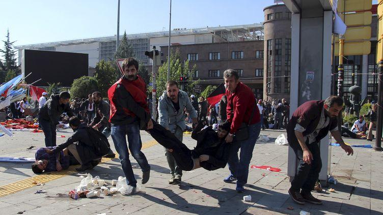 Des blesssés évacués après l'attenats qui a secoué Ankara (Turquie), samedi 10 octobre 2015. (  REUTERS)