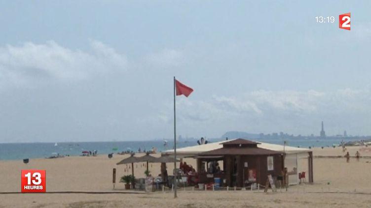 Flamme rouge sur une plage au nord de Barcelone (Espagne), après une alerte aux requins, le 15 juillet 2014. ( FRANCE 2 / FRANCETV INFO)