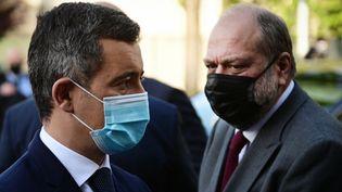 Gérald Darmanin et Eric Dupond-Moretti arrivent pour une visite de commissariat, le 28 mai 2021, à Saint-Denis (Seine-Saint-Denis). (MARTIN BUREAU / AFP)
