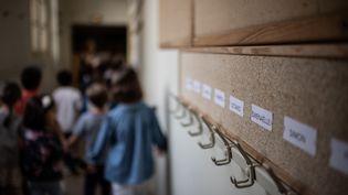 Desenfants entrent dans leur classe à l'école élémentaire Chaptal à Paris, le 2 septembre 2019.Photo d'illustration. (MARTIN BUREAU / AFP)