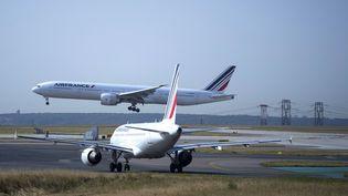 Un avion au décollage, le 7 août 2018, à l'aéroport Charles-de-Gaulle, à Roissy (Val-d'Oise). (JOEL SAGET / AFP)