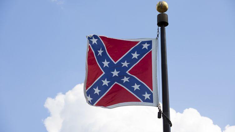 Le drapeau confédéré flotte sur un bâtiment officiel à Columbia, la capitale de la Caroline du Sud (Etats-Unis), le 20 juin 2015. (JASON MICZEK / REUTERS)