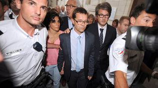 Le docteur Nicolas Bonnemaison (au centre), aux côtés de sa femme et de ses avocats, quitte la cour d'assises de Pau, le 25 juin 2014. (GAIZKA IROZ / AFP)