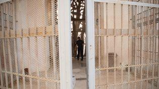 Un surveillant pénitentiaire patrouille dans le quartier des femmes de la prison des Baumettes, le 26 octobre 2018, à Marseille. (CHRISTOPHE SIMON / AFP)