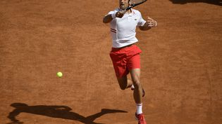 Le Serbe Novak Djokovic face à l'Espagnol Alejandro Davidovich Fokina, à Rome, le 13 mai 2021. (FILIPPO MONTEFORTE / AFP)