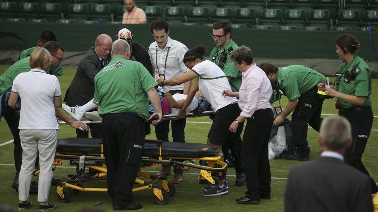 L'Américaine Bethanie Mattek-Sands évacuée après sa terrible blessure sur le gazon de Wimbledon. (DANIEL LEAL-OLIVAS / AFP)