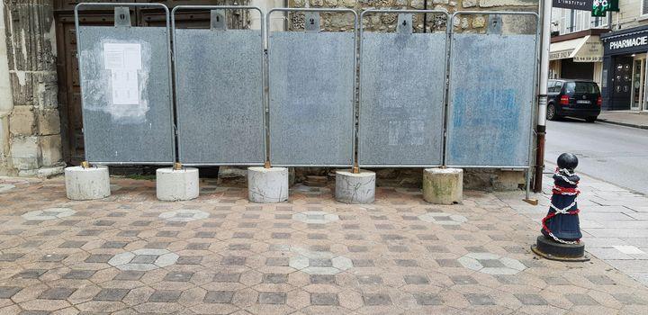 Les panneaux électoraux quasiment vierges,Crépy-en-Valois, le 10 juin 2020. (BENJAMIN  ILLY / FRANCE-INFO)