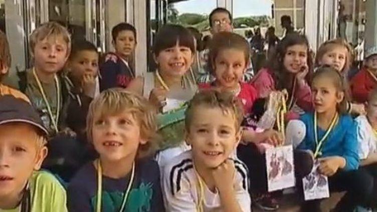 """Les enfants invités à voir """"Ernest et Célestine"""",à Cannes, mercredi 23 mai 2012. (CAPTURE D'ÉCRAN FRANCE 2)"""