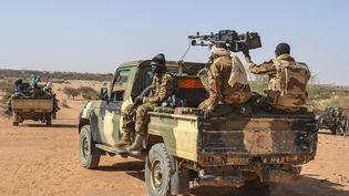 Des militaires maliens patrouillent dans le nord du Mali, dans le district de Meneka, près de la ville de Gao, le 19 avril 2017. (SOULEYMANE AG ANARA / AFP)