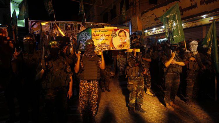 Des militants palestiniens du Hamas protestent après la mort deMaisara Abou Hamdiyeh, le 2 avril 2013 à Gaza. (MOHAMMED ABED / AFP)