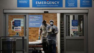 Des soignants au centre médical Maimonides dédié au coronavirus, à New York, le 26 mai 2020. (SPENCER PLATT / GETTY IMAGES NORTH AMERICA / AFP)