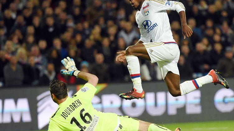 L'attaquant lyonnais Maxwell Cornet se joue du gardien de Montpellier (ANNE-CHRISTINE POUJOULAT / AFP)