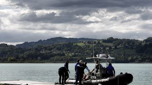 Des gendarmes sur le lac d'Aiguebelette (Savoie), le 11 septembre 2017. (JEFF PACHOUD / AFP)