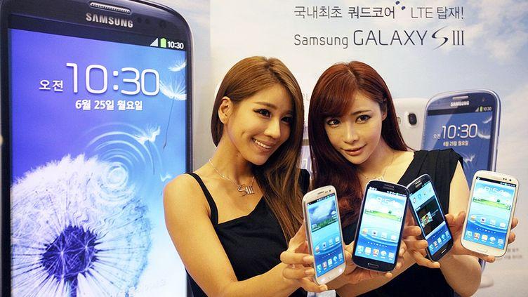 Des modèles présentent les téléphones Galaxy S3 du constructeur sud-coréen Samsung, à Séoul (Corée du Sud), le 25 juin 2012. (SAMSUNG ELECTRONICS / AFP)