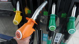 Des pistolets à une pompe à essence en France. (FRED TANNEAU / AFP)