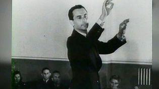 Le chef tchèque Karel Ančerl dirigeant ses camarades d'infortune lors d'un concert filmé pour les besoins de la propagande nazie. Il fût déporté ensuite à Auschwitz avec sa femme et son fils, lui seul s'en sortira.   (Culturebox - capture d'écran)