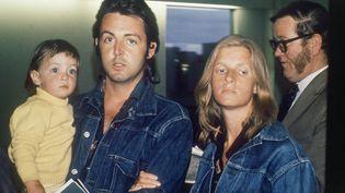 Paul McCartney, sa femme Linda et leur fille le 25 mars 1971 à l'aéroport de Londres (UPI)