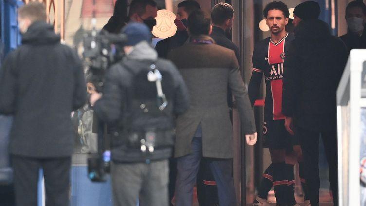 Le capitaine du PSG,Marquinhos, quelques minutes après l'interruption de la rencontre qui opposait son club auBasaksehir, au Parc des Princes (Paris), le 8 décembre 2020. (FRANCK FIFE / AFP)
