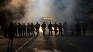 Des policiers anti-émeutes dans la ville de Charlotte, en Caroline du Nord, le 20 septembre 2016. (REUTERS)