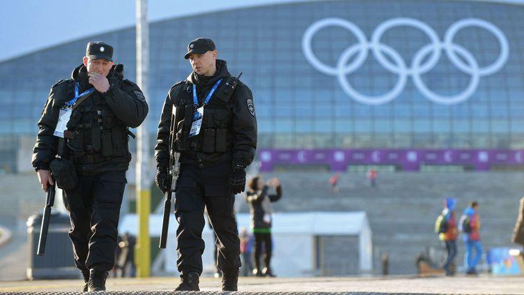 Des policiers patrouillent près du stade olympique à Sotchi (Russie), le 2 février 2014. (KEVIN DIETSCH/NEWSCOM/SIPA / SIPA USA)