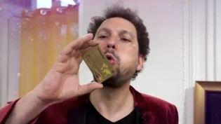 Privé de scène en raison de l'épidémie de Covid-19, le magicien Éric Antoine a convié ses spectateurs à un show en ligne. (FRANCE 2)