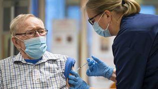 Un suédois de 89 ans reçoit une dose du vaccin contre le Covid-19 de Pfizer-dans le comté de Sodermanland, le 27 décembre 2020. Photo d'illustration. (JONATHAN NACKSTRAND / AFP)