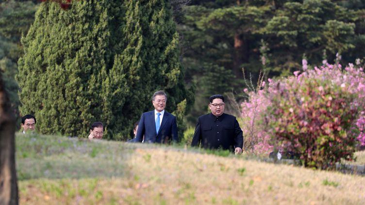Les dirigeants Moon Jae-in (gauche) et Kim Jong-un (droite) le 27 avril 2018 lors du sommetdans lazone démilitarisée entre les deux Corées. (KOREA SUMMIT PRESS POOL / KOREA SUMMIT PRESS POOL)